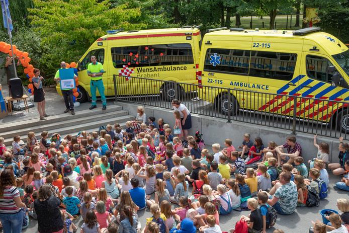 Leerlingen van basisschool De Korenbloem hebben geld ingezameld voor de WensAmbulance.