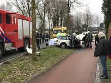 Man bevrijd uit auto na botsing met boom in Beekbergen