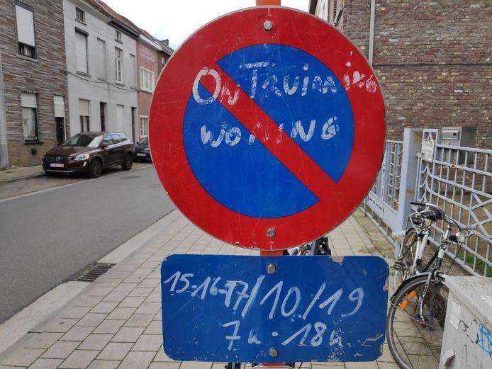 Voor de opruimwerken zijn drie parkeerplaatsen autovrij in de Heiveldstraat.