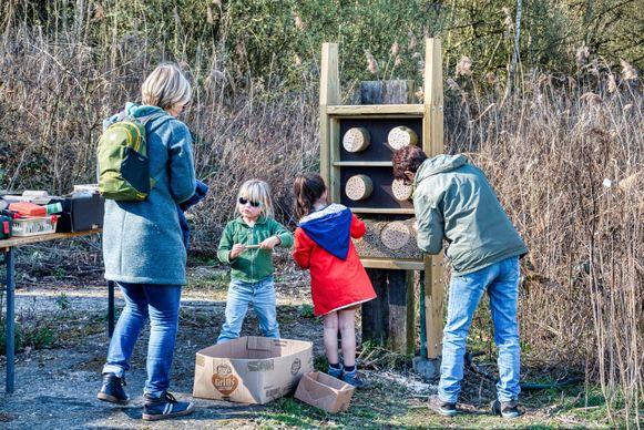 Vrijwilligers van Natuurpunt Rupelstreek bouwen bijenhotels in in de Kleiputten