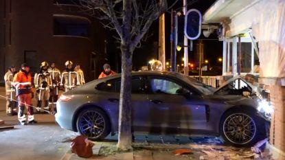 Enorme ravage: Porsche boort zich in brughuisje in Mechelen