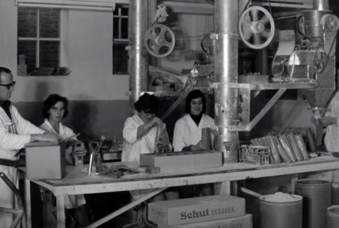 """Medewerkers van Alabastine. In de film wordt reclame gemaakt om bij het bedrijf te komen werken. ,,Meisjes aarzel niet en meld je aan, de arbeidsvoorwaarden zijn goed, de sfeer is uitmuntend."""""""