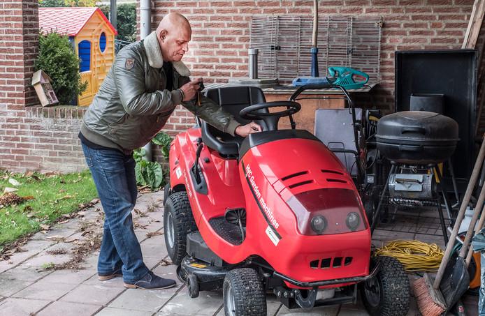 Inbraakpreventiesessie in Ottersum: ex-Inbreker Evert Jansen komt in Ottersum bij een woning waar hij zo de tuin in kan lopen waar een dure zitmaaier staat met de sleutels erin.