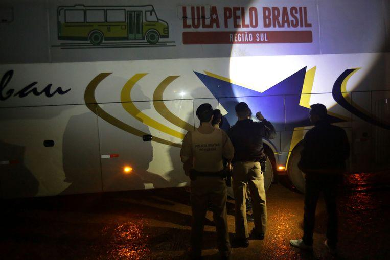 De politie onderzoekt een van de beschoten bussen.