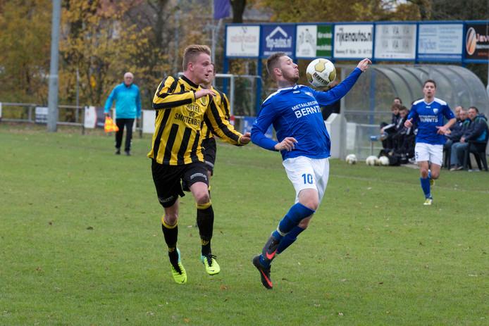 Roy van Ottele controleert de bal met de borst als speler van Woezik. De oud-voetballer van onder meer De Treffers keert terug uit België en gaat spelen bij DVE-Trajanus.