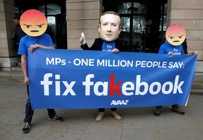 Demonstranten van de actiegroep Avaaz voeren actie buiten het Britse parlement in Londen.