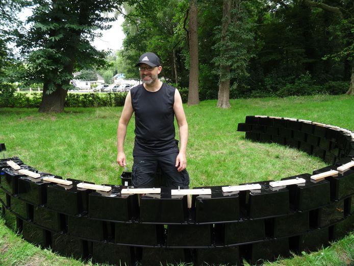 """Marko de Kok werkt aan zijn kunstwerk. De titel is 52°15'44.3""""N 6°43'10.6""""E (met gps te traceren)."""