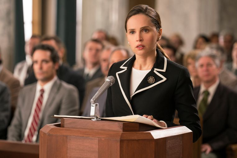 Felicity Jones als Ruth Bader Ginsburg in On the Basis of Sex.  Beeld -