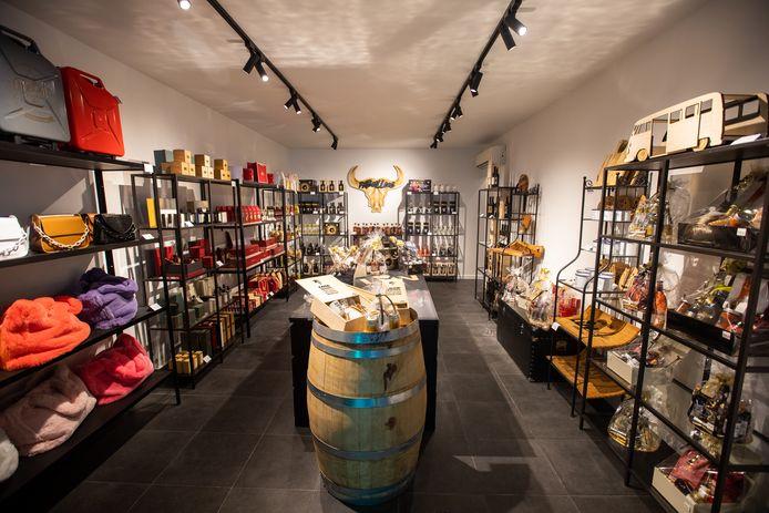 De nieuwe speciaalzaak 'Stuff-U-Luv' in de Hasseltse Sint-Jozefsstraat wil klanten zelf de keuze geven om geschenkmanden met luxemerken samen te stellen.
