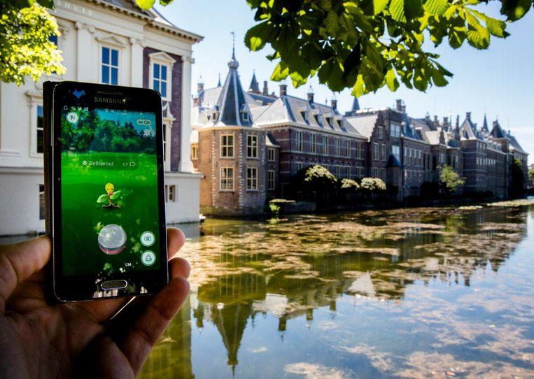 Een Pokemon bij het Binnenhof in Den Haag. Beeld null