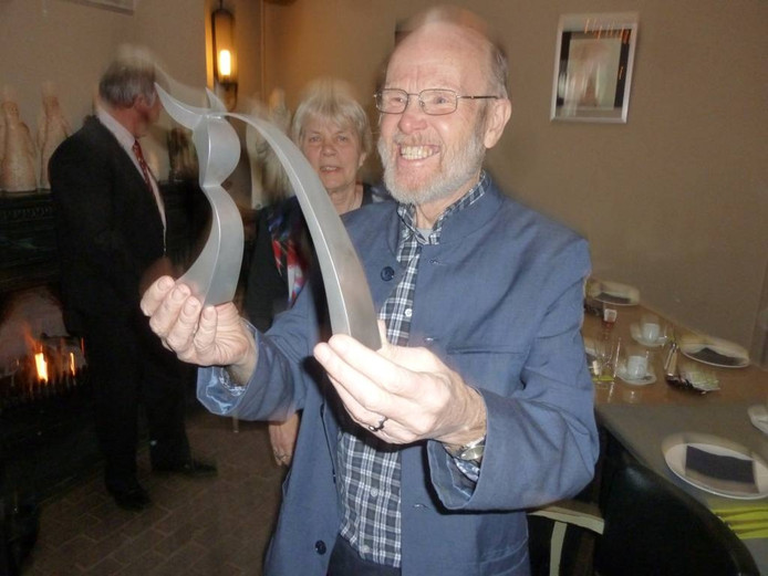 Joop Falke toont zijn gemeentelijke onderscheiding, het Osje van Verdienste.