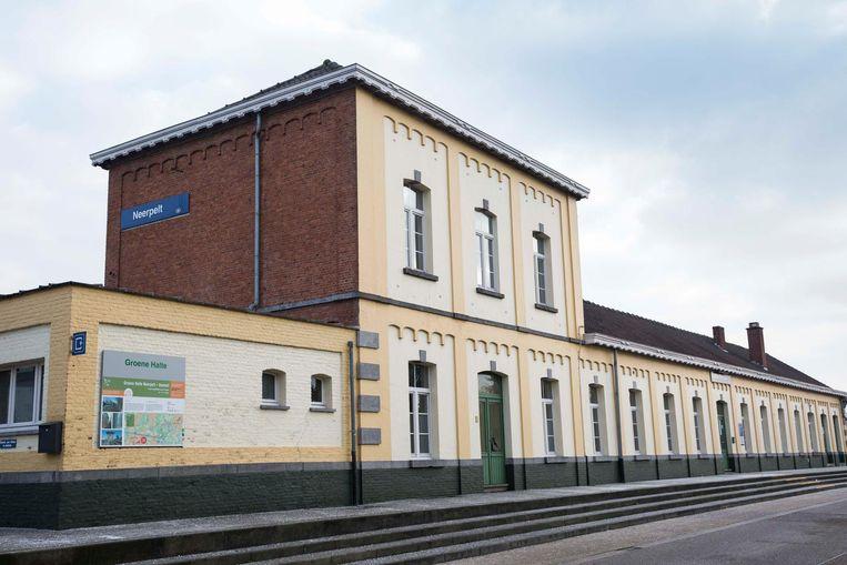 Neerpelt-station is het grootste van de twee en is relatief drukker.