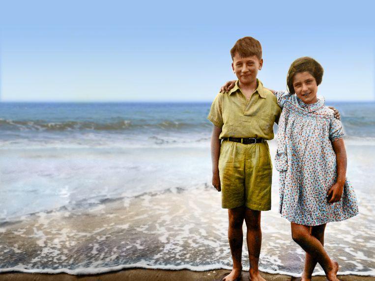 Irene met haar broer Werner aan de Nederlandse kust in 1939, op een achteraf bewerkte foto. Beeld