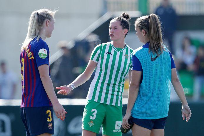 Merel van Dongen vorig seizoen in een onderonsje met Stefanie van der Gragt en Lieke Martens na Real Betis - FC Barcelona.