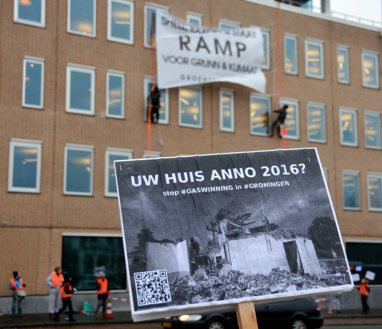 Actievoerders protesteren bij gashandelshuis GasTerra tegen gaswinning in Groningen. Beeld anp