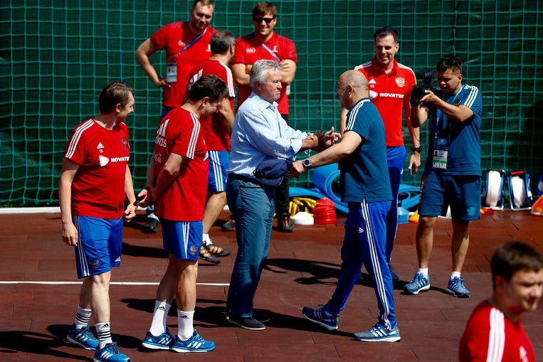 Guus Hiddink, bondscoach van Rusland tussen 2006 en 2010, begroet donderdag Stanislav Tsjertsjesov, de huidige coach. Beeld AP