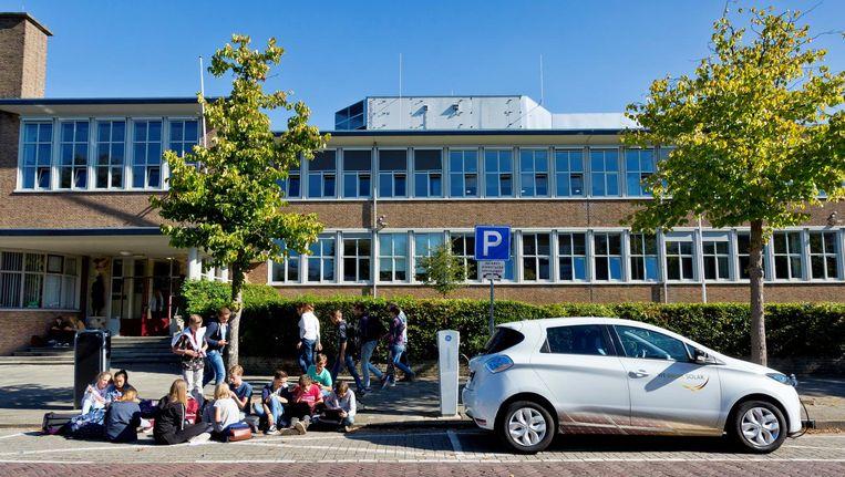 Een Renault ZOE, de nieuwe elektrische deelauto/buurtbatterij in Utrecht, voor het CGU gymnasium, waar 300 zonnepanelen duurzame stroom leveren. Beeld WeDriveSolar