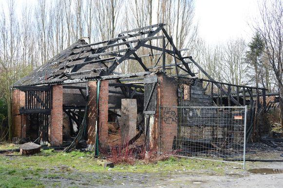 Afgelopen weekend ging deze 19e eeuwse schuur nog volledig in vlammen op.