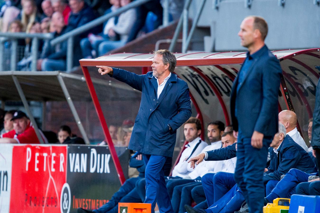 De Graafschap-trainer Henk de Jong (links) en zijn collega Dick Lukkien van FC Emmen.