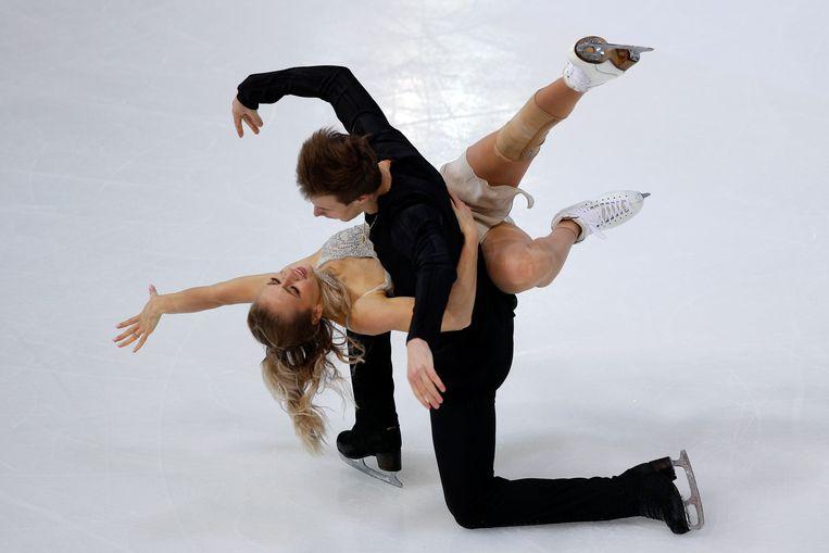 Victoria Sinitsina en Nikita Katsalapov op het ijs in Grenoble.