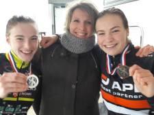 Zusjes Mirre en Senne Knaven op NK veldrijden in de voetsporen van mama Natascha