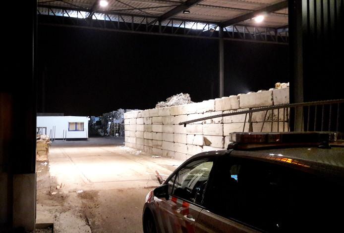 Tegen 24.00 uur staat er nog altijd een politiewagen bij de ingang van het bedrijf, ter bewaking van de opslag. Foto Palko Peeters