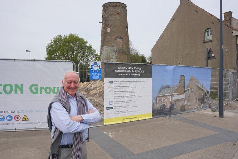 Burgemeester Ignace Dereeper (CD&V) bij de site van de molen Acke, waar negen woningen worden gebouwd.