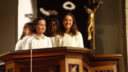 Leerlingen op kousenvoeten naar de kerststal tijdens prachtige viering
