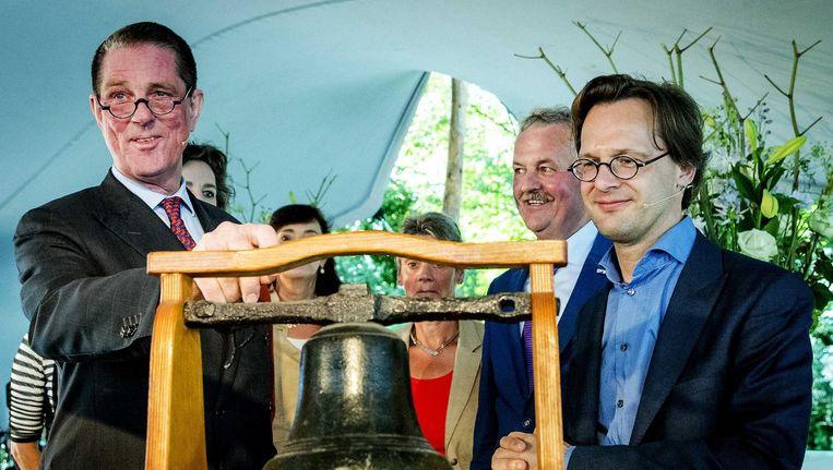 Paul Loven (rechts), de eerste voorzitter van het Huis voor Klokkenluiders en Ronal van Raak (SP). Beeld ANP