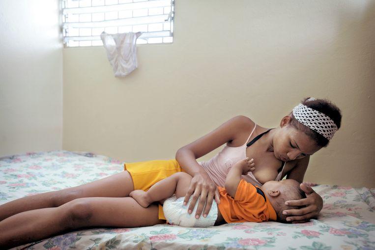 Moeder en kind in de Dominicaanse Republiek. Beeld Joost van den Broek / de Volkskrant