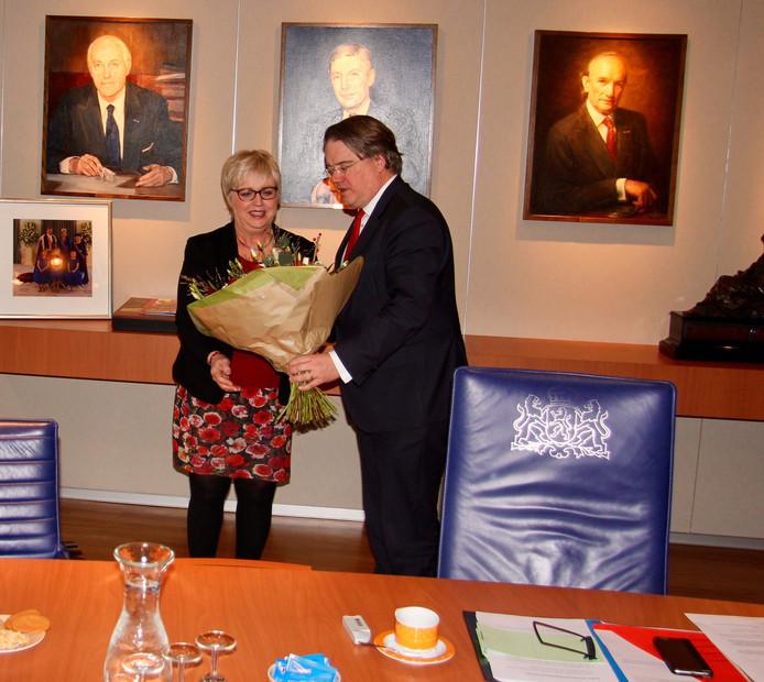 Burgemeester Jetty Eugster ontvangt na het afleggen van de eed een boeket uit handen van de commissaris van de Koning.