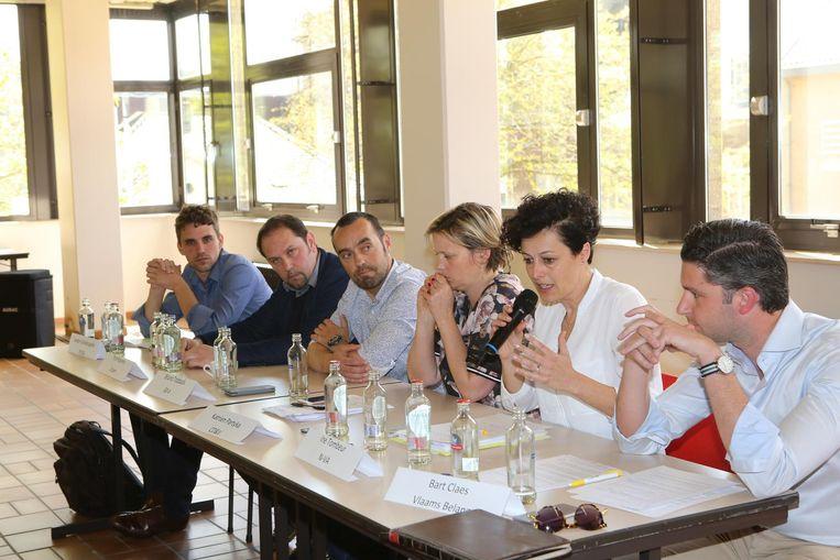 Het panel van zes politici op bezoek in het PISO.