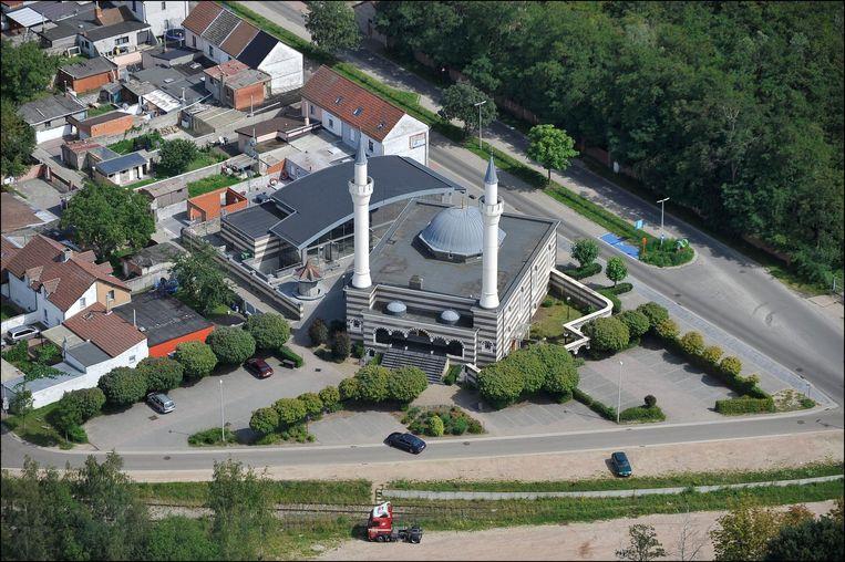 De Fatih-moskee in Beringen vanuit de lucht gezien.