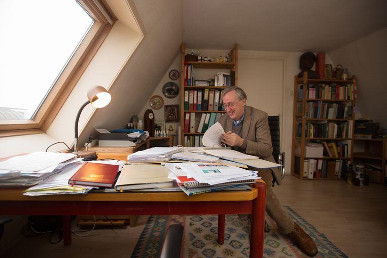 Henk-Maarten Laane bladert in zijn werkkamer in Muiden door het dossier van de butlermoord. Hij weet zeker dat Dick van L. ten onrechte is veroordeeld voor de moord. Beeld Maartje Geels