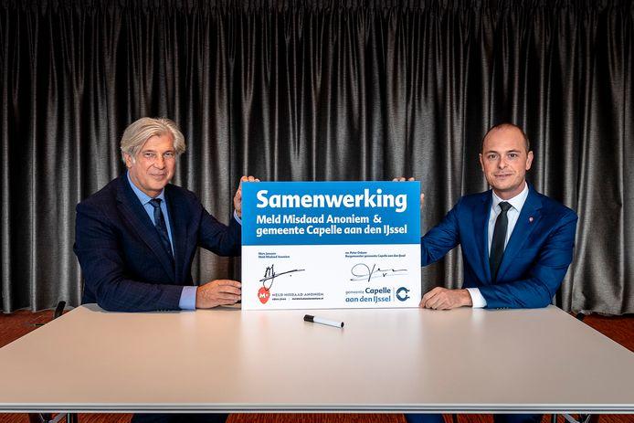 Ondertekening misdaad Anoniem Capelle, door burgemeester Peter Oskam (l) en Marc Janssen