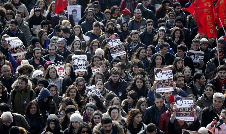 Een gerechtigheidsmars op de begrafenisceremonie van de 15-jarige Berkin Elvan in Istanboel.