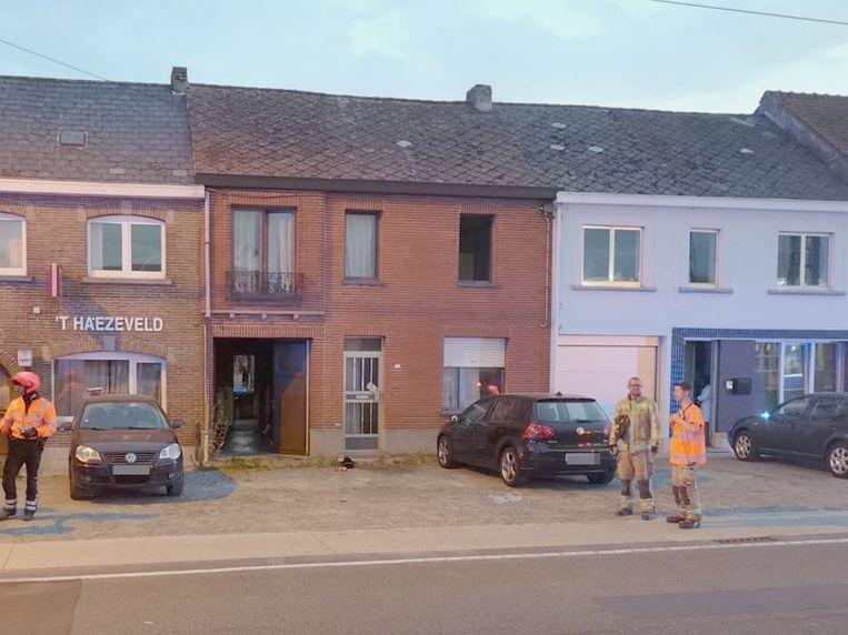 Via het raam rechts op de eerste verdieping hielp de politie de man naar buiten.