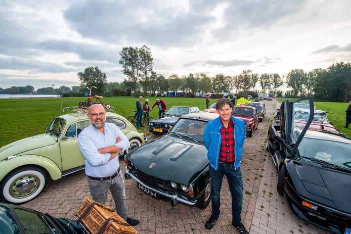 Bestuursleden Marcel Benschop (links) en Wim Waardenburg hebben op de dagcamping de eerste deelnemers klaarstaan voor de toerrit van Oldtimerdag Alphen.