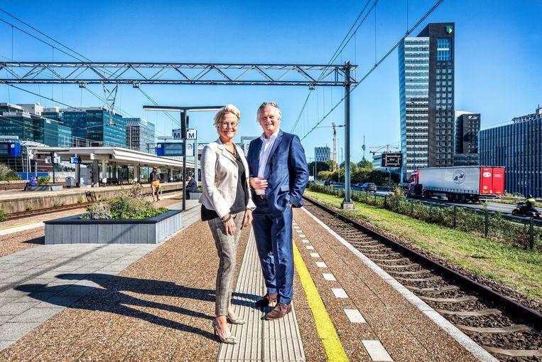 Michèle Blom, directeur-generaal Rijkswaterstaat, en ProRail-directeur Pier Eringa (r), samen op de Amsterdamse Zuidas. Beeld Raymond Rutting