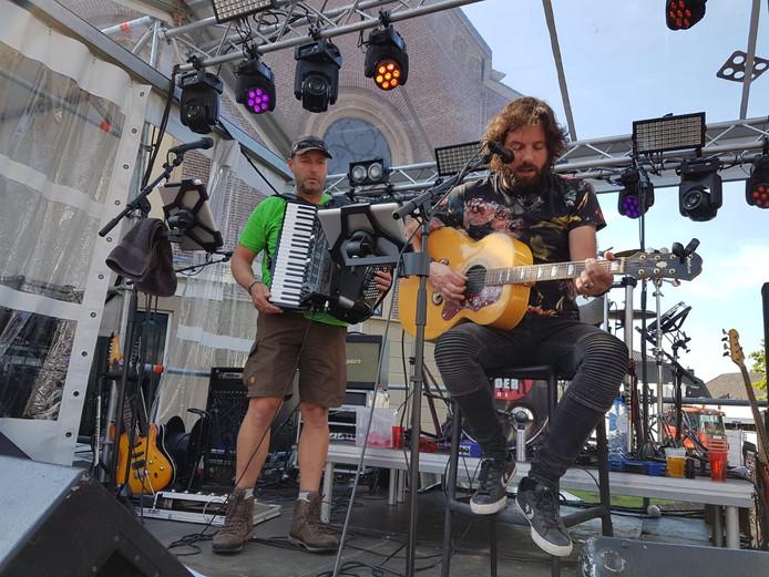 Hendrik Jan Bökkers op gitaar en Martien Lindeboom op accordeon vertolken het lied 'Doodse stilte' bij Buuffie's Proeflokaal in Heino.