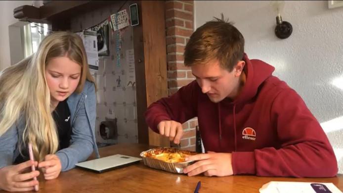 Gouwenaar Lukas Bikker (20) wil het Guinness World Record lasagne eten binnen 30 seconden en met je tong je neus aanraken op zijn naam zetten.