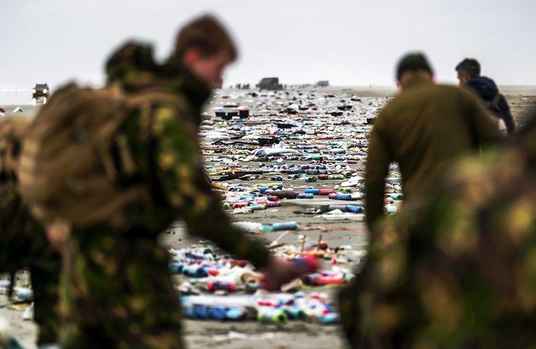 De militairen op Schiermonnikoog maakten gisteren al zo'n 3 kilometer strand schoon. Maar het afval blijft komen.