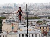 Koorddanseres balanceert 35 meter boven Parijs