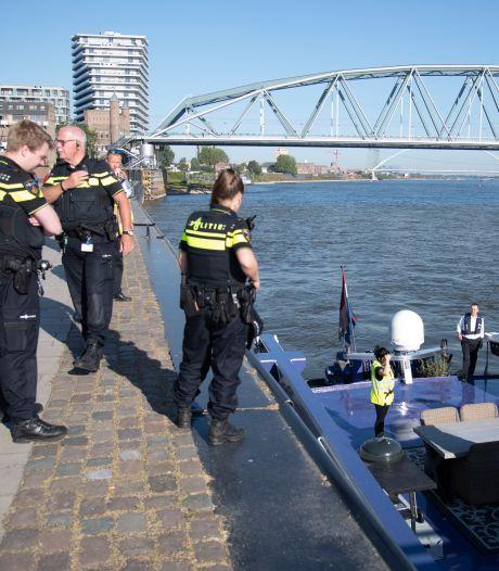 Hulpdiensten redden matroos die niet kan zwemmen uit de Waal bij Nijmegen