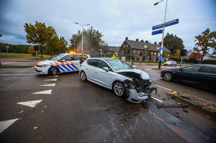 Op het kruispunt van de Boerhaavelaan en de President Rooseveltlaan in Helmond zijn twee auto's beschadigd geraakt door een ongeluk.