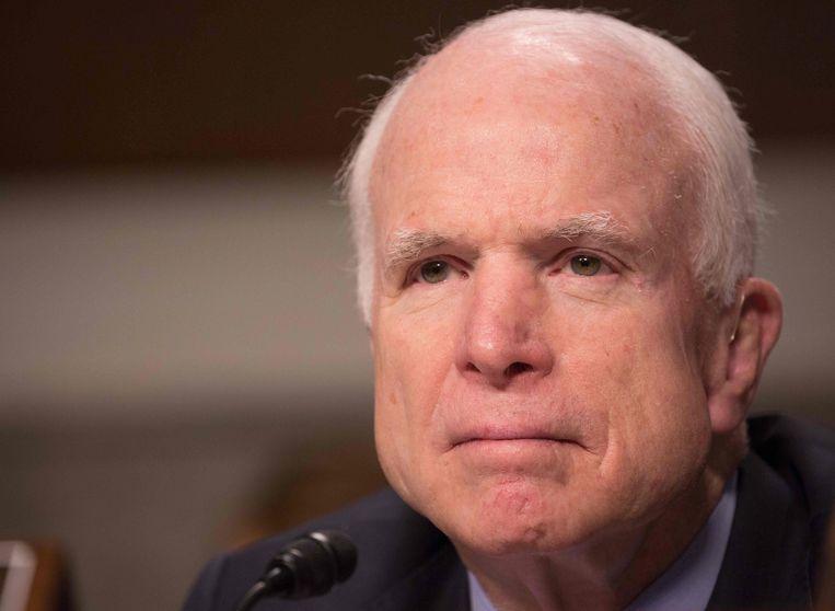 McCain (foto) brandt Trump onder meer af wegens het overladen van internationale despoten met lof en het onophoudelijk roepen van 'fake news' om de hem onwelgevallige media in diskrediet te brengen.