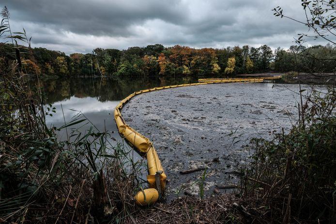Resten uit de licht vervuilde grond (klasse industrie) blijven hangen achter het gele drijflichaam in de Winterswijkse kleiput.