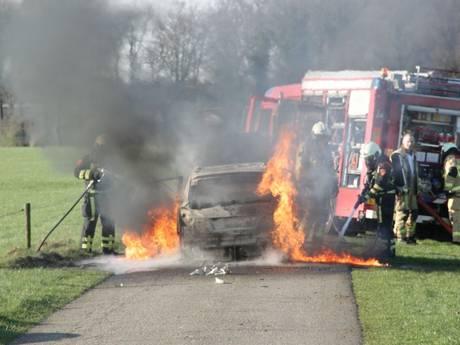 Auto brandt uit tussen Oldenzaal en Deurningen