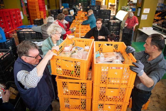 Vrijwilligers aan de slag in de Voedselbank Almelo.