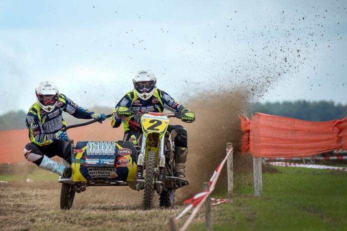 Frank Mulders (rechts) op de zijspanmotor tijdens de motorcross van Bergharen.